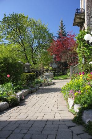 Rosemount B&B Inn : Front walk