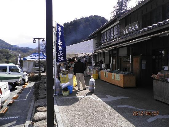 Michi-no-Eki - Shizumo: 休日は外にお店が並びます