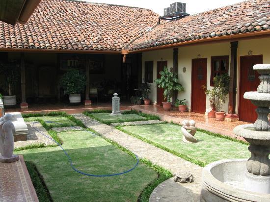 Hotel La Posada del Doctor: looking towards entry/reception area across courtyard