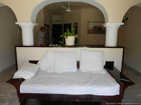 Villablanca Garden Beach Hotel: Good bed, note king bed sideways