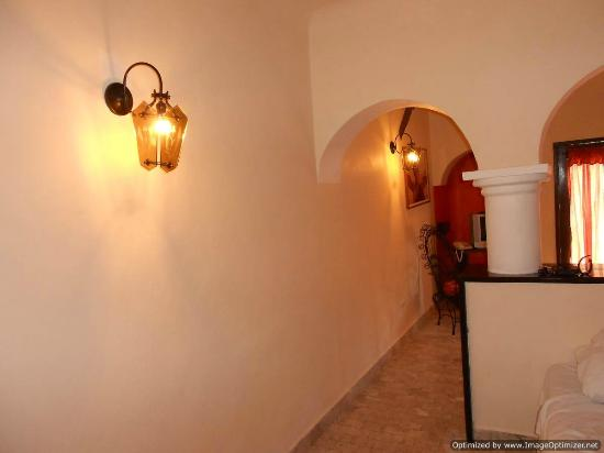Villablanca Garden Beach Hotel : All lighting is on the wall