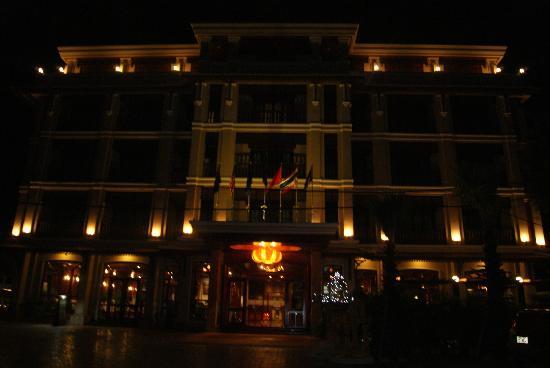 Angkor Sayana Hotel & Spa: Hotel at night