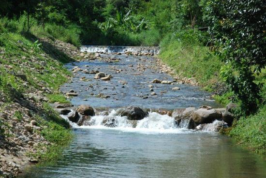 Nakhon Nayok, Tailandia: River that cuts through the resort