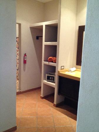 Hotel Manalá: Bathroom/closet/shower area.
