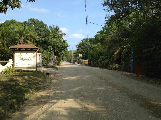 Hotel Manalá: Road to Santa Teresa/Mal Pais town center.