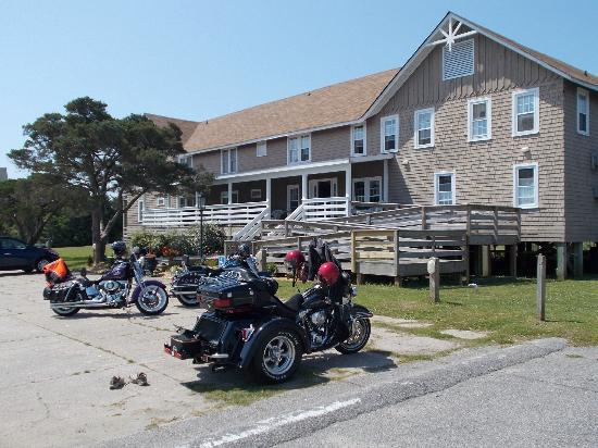 Seaside Inn At Hatteras: View from parking lot
