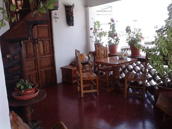 Hotel Mi Casita: lindo lugar para el cafecito e increible vista por la noche! justo saliendo de la habitacion