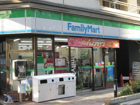 Ochanomizu Inn : ファミリーマート