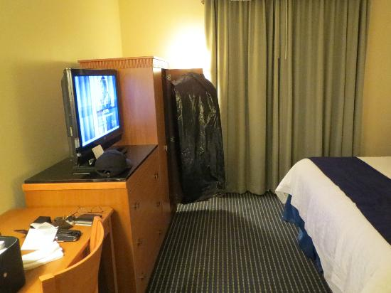 Embassy Suites by Hilton Lexington: TV and bedroom