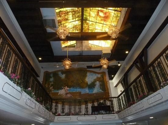 Plaza Suite Hotel Resort: Overhead stained glass windows in common area. It was beautiful although we spent little time he