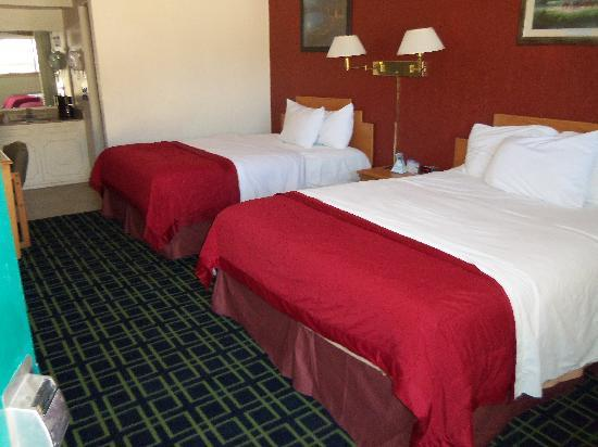 Travelodge Ruidoso: Room with 2 Queen Beds w/ Microwave refrigerator
