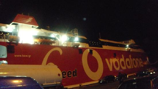Hellenic Seaways: arriving at the pier at 6am ..pretty dark