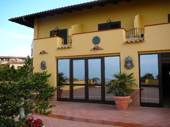 San Leone, Italia: Hotelansicht von der Poolterrasse