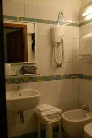 Hotel Nuova Italia: Very adaquate bathroom