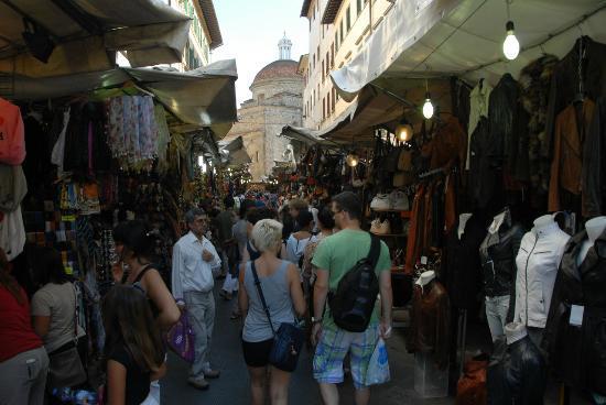 นัววาอิตาเลีย: The busy street market!