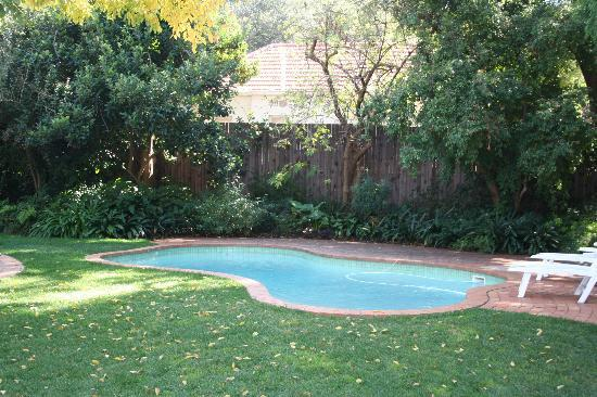 Rosebank Lodge Guest House: Pool and garden view from suite
