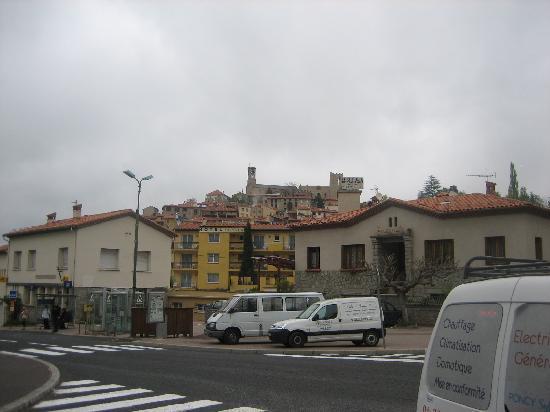 Hôtel Princess : バス停と真ん中奥の黄色い建物がホテル
