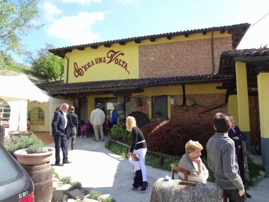 Canelli, Italy: esterno del locale