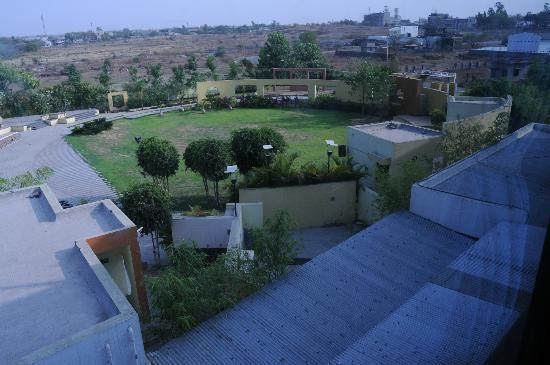 Hotel Maitreyas: lawn