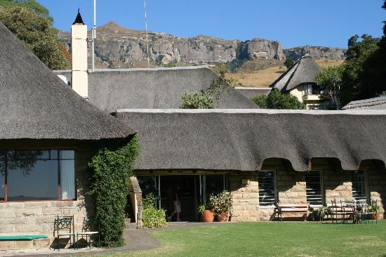 Cavern Drakensberg Resort & Spa: Hotel buildings and escarpment