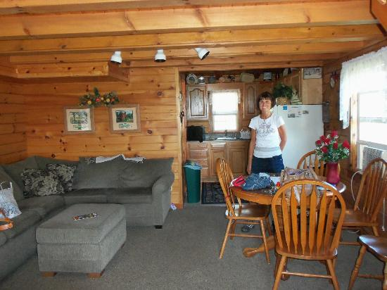 Fields of Home Lodge and Cabins: Living area and dining