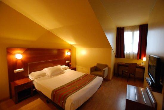 Andia Hotel Pamplona: Habitación cama de matrimonio