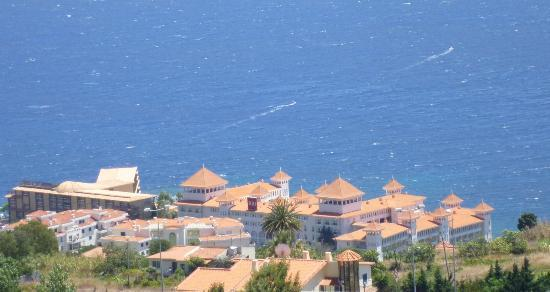 Hotel Riu Palace Madeira: View from Canico village looking towards hotel & sea