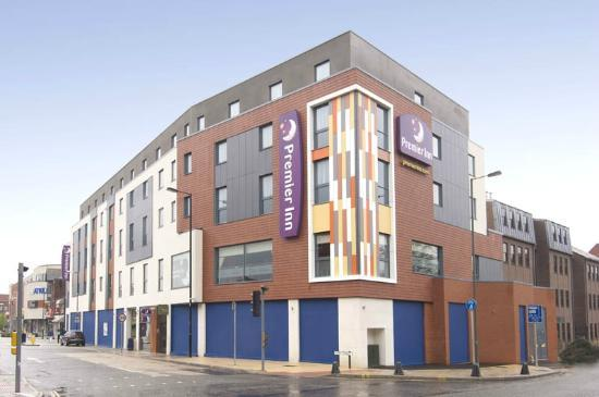 Premier Inn Camberley Hotel: Outside!