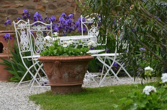 Arqua Petrarca, Italien: in un giardino