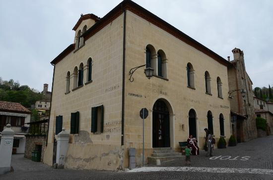 Arqua Petrarca, Italy: l'edificio