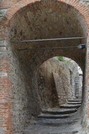 Arqua Petrarca, Italia: sotto l'arco