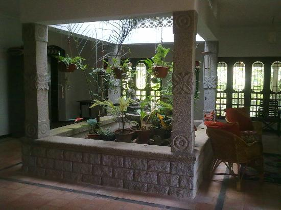 Villa Prakriti Homestay: charming internal patio/hall