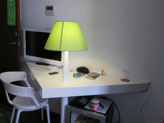 Marquis Urban : Writing desk, where you can't write.