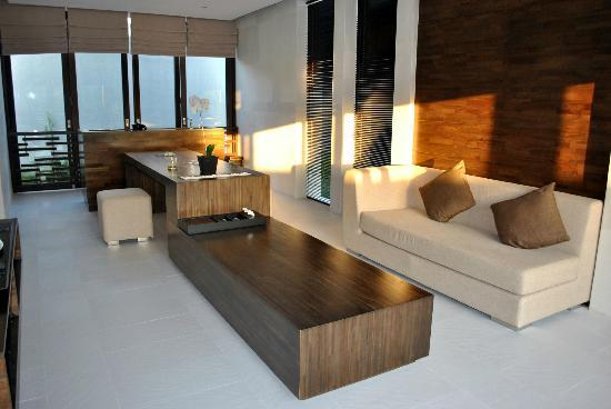 eqUILIBRIA SEMINYAK: upper level living and dining area