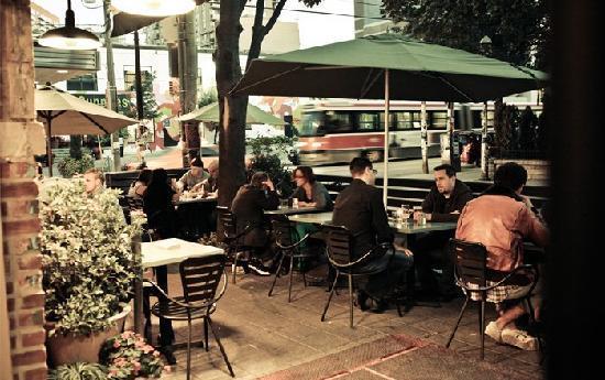 Drake Hotel Toronto: Café Exterior