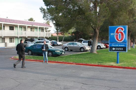 Motel 6 Barstow: l'entrée de l'hôtel