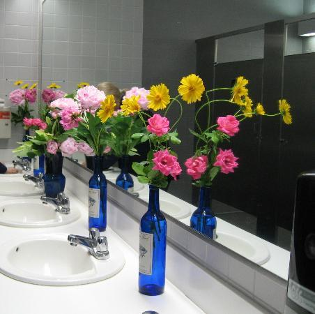 Whitehaven Welcome Center: Refreshing to walk into this restroom setting.