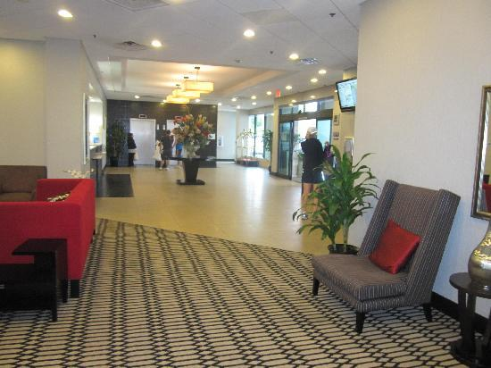Holiday Inn Express Los Angeles-LAX Airport: the lobby