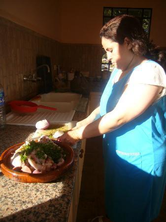 Domaine de l'Arganeraie : Kokkin Xiam bereid een heerlijke maaltijd in onze eigen riad