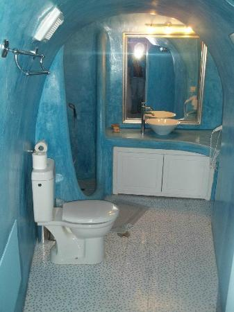 Nonis Apartments: Cave Bathroom