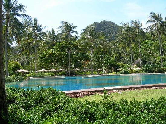 Rayavadee Resort: Nearby pool with view over the beach.