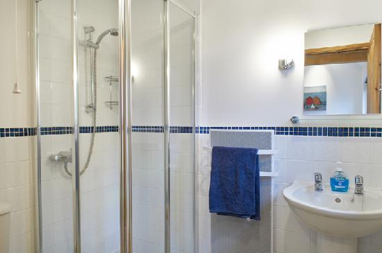 Barn Cottages at Lacock: Shower Room in Cherry Cottage