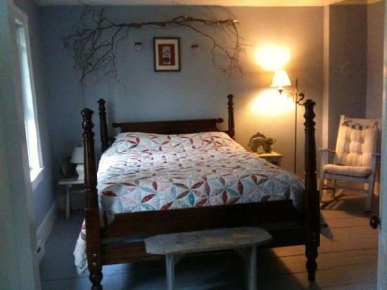 7 Willows Bed & Breakfast: Blue Room Queen Bed