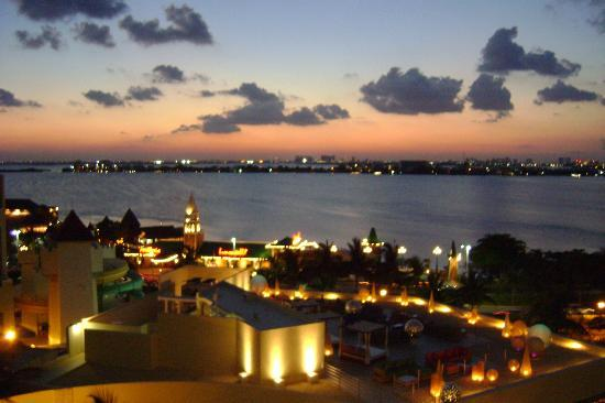 Grand Park Royal Cancun Caribe: Lagoon