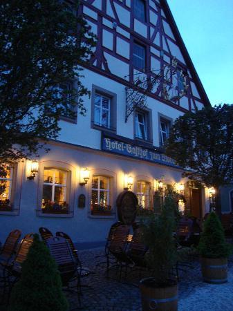 Flair Hotel zum Storchen: Outside at night