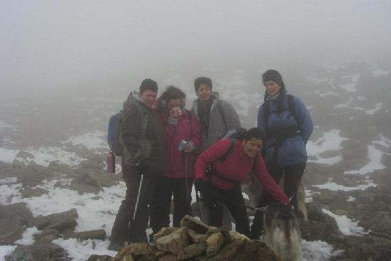 Wasdale National Trust Campsite: Proud ladies & Huskies arrived at the summit