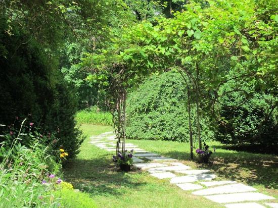 Mountain Grove B & B at Cloudland : Archway from house to deck