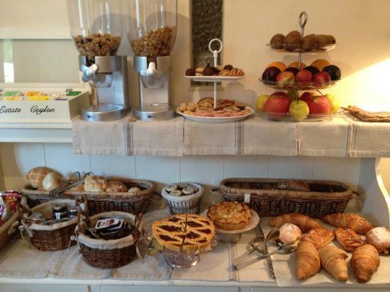 فيلا ماجنوليا ريليه: Breakfast buffet