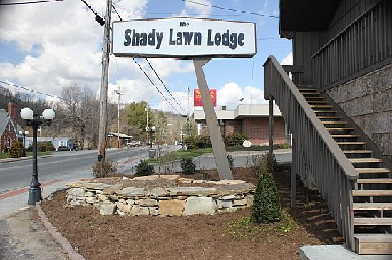 The Shady Lawn Lodge: Entrance on Main HWY 19E