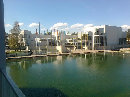 Original Sokos Hotel Tapiola Garden: Espoo cultural centre across the pond